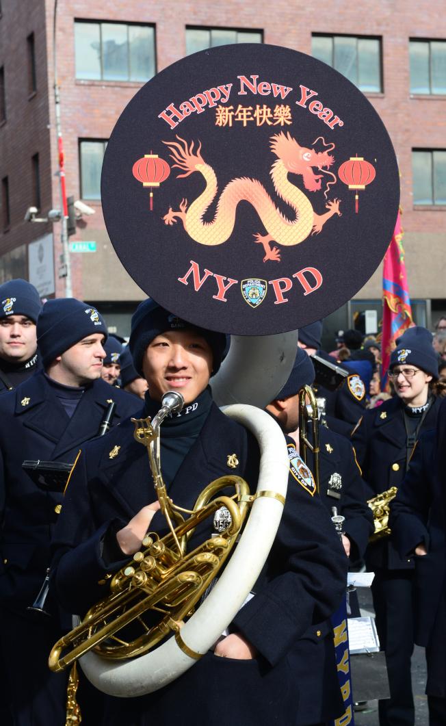 紐約市警總局樂隊的樂手在樂器上以龍及中英文「新年快樂」向民眾賀年。(記者許振輝/攝影)
