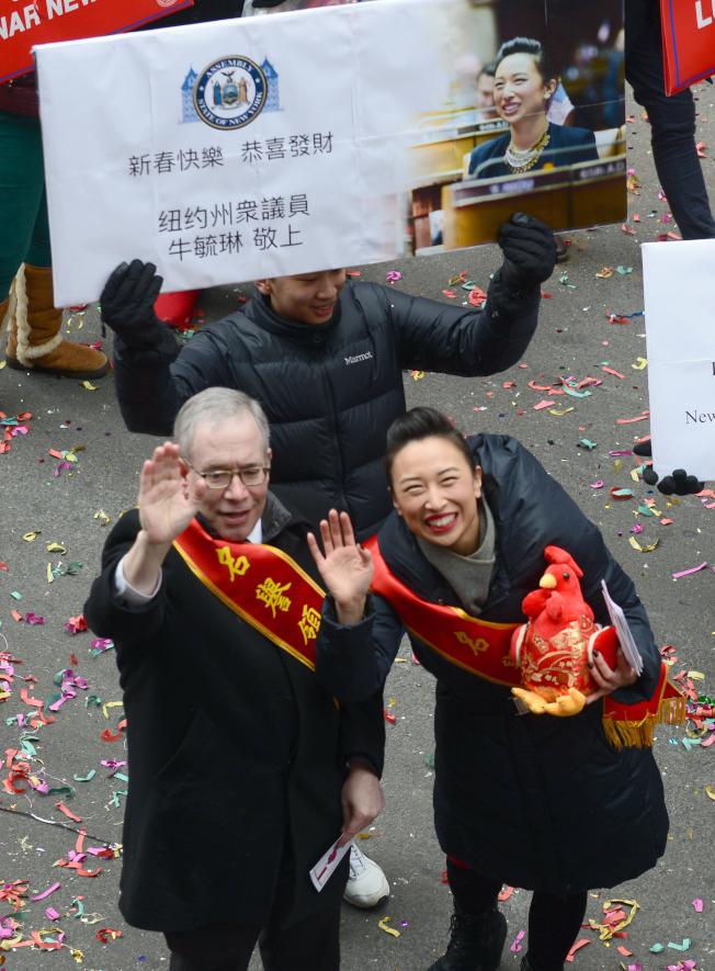 紐約州眾議員牛毓琳(右)帶著一隻布偶雞,與市主計長斯靜格(左)向民眾拜年。(記者許振輝/攝影)