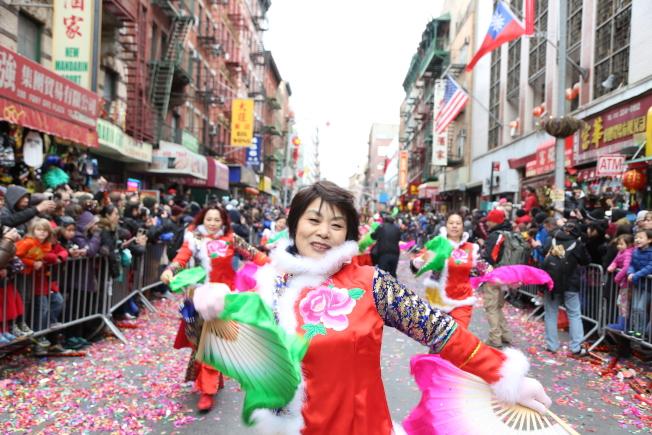 遊行隊伍表演帶有濃濃中國風,東北大秧歌將歡樂年味帶向高潮。(記者洪群超/攝影)