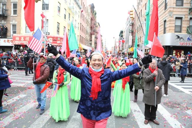 參與遊行的民眾手舞美中兩國國旗。(記者洪群超/攝影)