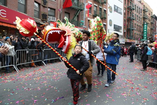 華裔兒童領頭舞龍。(記者洪群超/攝影)