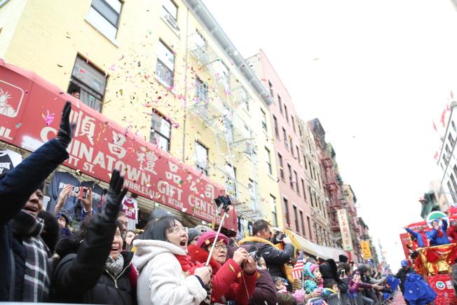 現場彩帶、禮炮頻放,民眾喜慶歡樂寫在臉上。(記者洪群超/攝影)