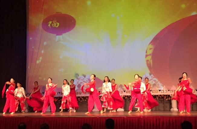 阿拉巴馬州伯明罕華人春節聯歡會上茉莉花舞蹈團表演「開門紅」。(記者張嘉琪/攝影)