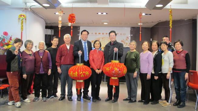 伍寶玲(右七)、鄭時甘(右六)、林文華(右五)呼籲華裔耆老與相關機構向州府發聲,爭取更多經費。