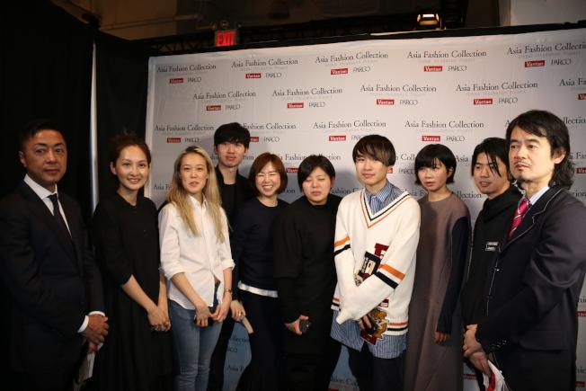 張朔瑜(左二)、何昀霖(左四)等亞裔設計師的作品在紐約時裝周展出。(記者高夢梓/攝影)