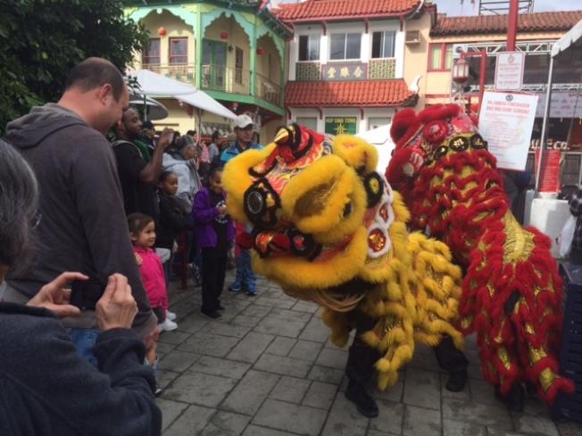 獅子向各族裔民眾拜年,互祝新年。(記者楊青/攝影)
