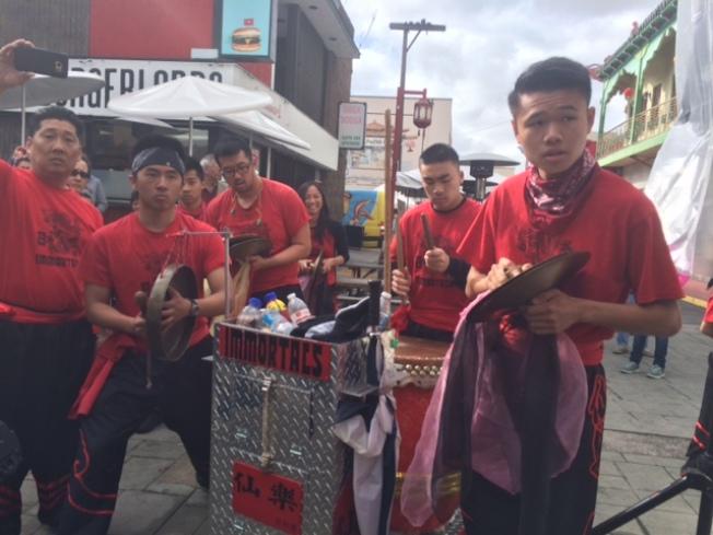 華埠仙樂醒獅團的鼓手們為華埠元宵節助興。(記者楊青/攝影)