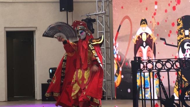 活動當日主辦方特地準備極富中華文化特色的變臉秀,許多老外第一次觀賞,直呼精彩。(記者莊婷/攝影)