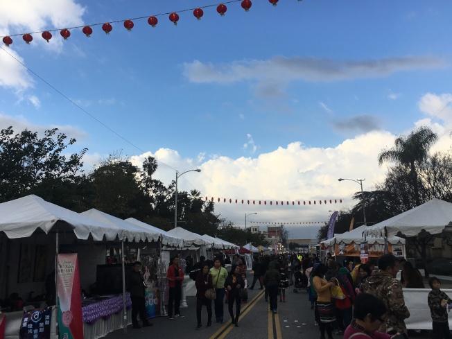 艾市市政府11 日在Arceo公園舉辦的「新春煙火節」,吸引上千名附近居民前來參與,當晚煙火秀更是吸引群眾圍觀。(記者莊婷/攝影)