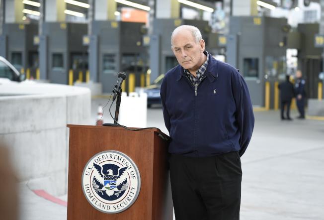 國安部長凱利在聖地牙哥和墨西哥聖以西鐸視查邊界檢查工作。(美聯社)