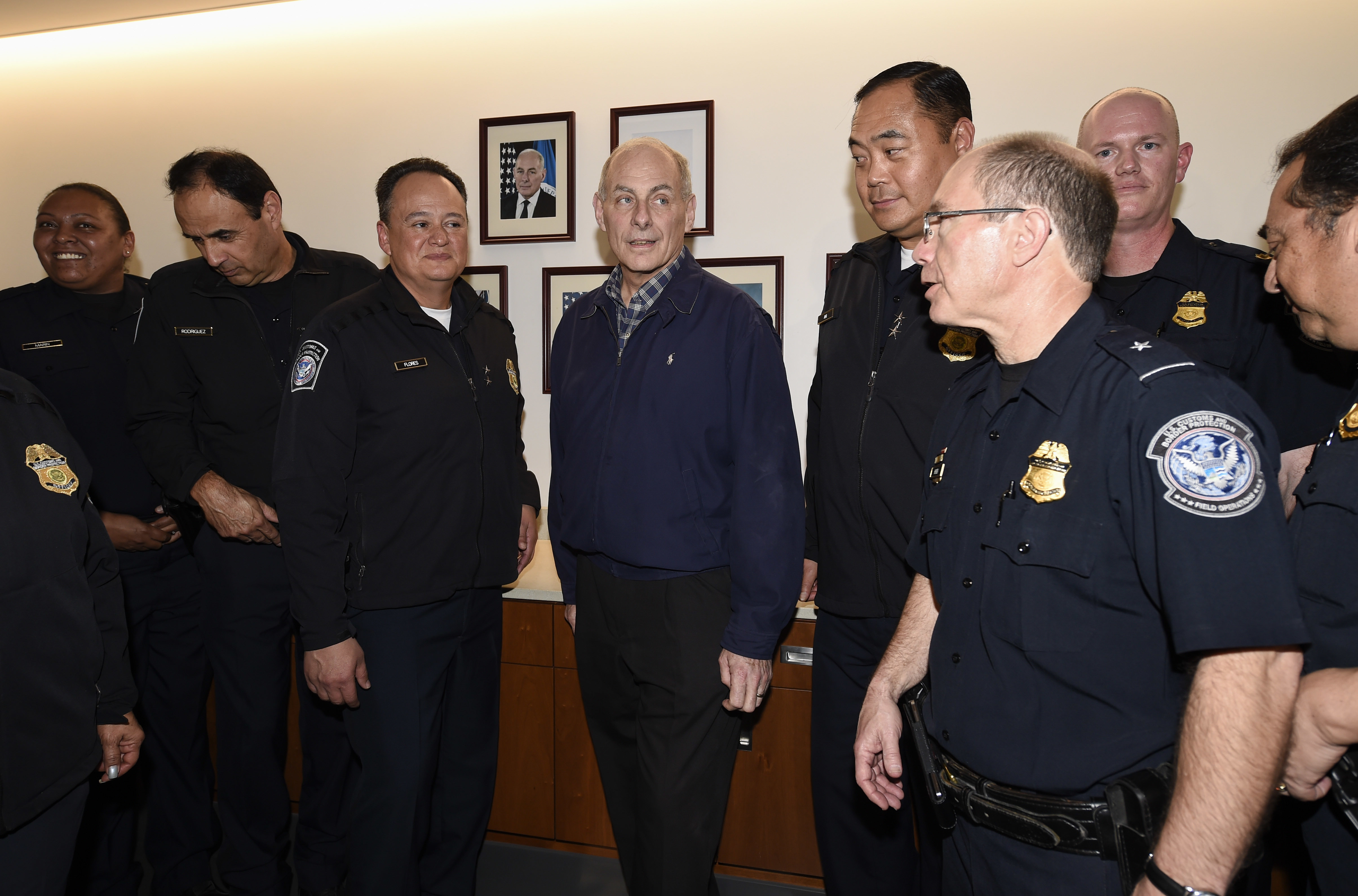 國土安全部長凱利(中)與聖地牙哥口岸的邊境保護局探員談話。(美聯社)