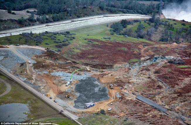 加州奧洛維爾水壩洩洪口在17日可以看到的損害情形。(加州水資源局)