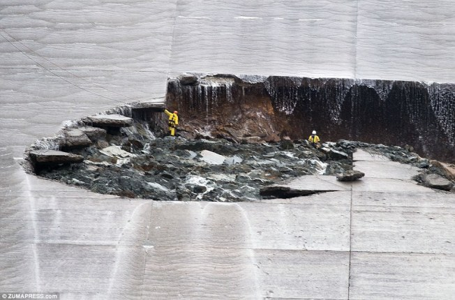 工程師日前在加州奧洛維爾水壩洩洪口,檢視損害情形。(Getty Images)