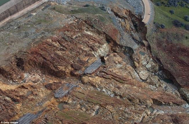 加州奧洛維爾水壩洩洪口在17日可以看到的損害近影。(Getty Images)