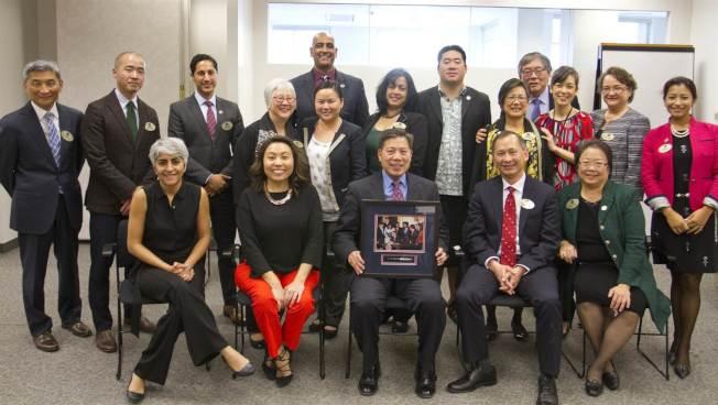 去年底,總統亞太裔顧問委員會與前勞工部長盧沛寧(前排中)開會。(圖取自白宮亞太裔事務辦公室網站)