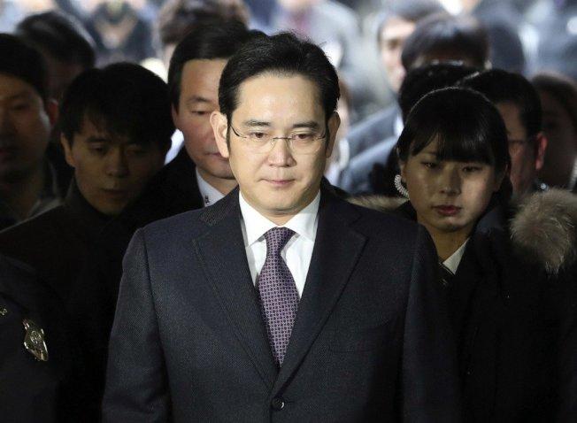 南韓法院表示,已核發對三星集團少主李在鎔的逮捕令,他隨即正式被捕,罪名是涉嫌行賄朴槿惠總統的密友崔順實及偽證罪。(美聯社)