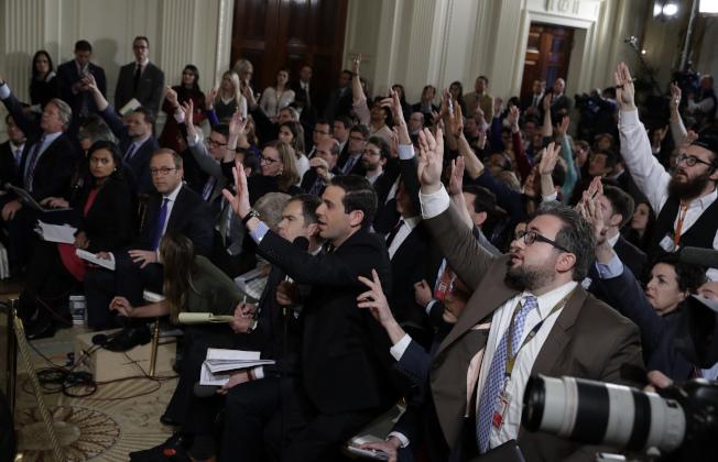 媒體記者在川普記者會上爭相發問。(美聯社)