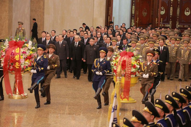 2月16日是已故北韓最高領導人金正日75歲冥誕。當地時間零時,北韓最高領導人金正恩(中)率黨政軍要員參謁安放祖父金日成、父親金正日遺體的錦繡山太陽宮。(歐新社)