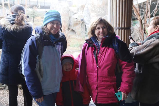 Michelle(左)與養子趙明晨(中)和媽媽來告別「寶寶」。(記者羅曉媛/攝影)