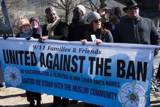 不滿川普藉恐怖攻擊之名發布旅遊禁令,九一一罹難者家屬在紐約持標語抗議。(Getty Images)