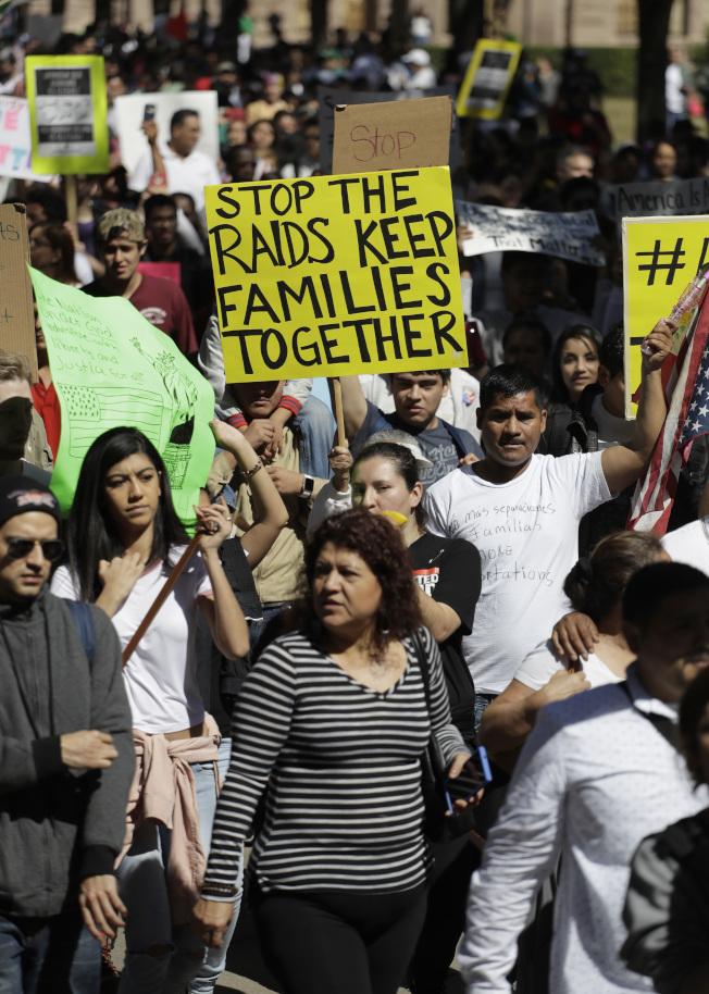 德州居民響應「無移民日」活動,在首府奧斯汀走上街頭抗議。(美聯社)