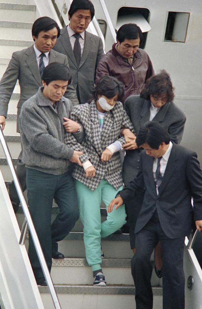 北韓女間諜金賢姬(中)1987年被押到首爾。(美聯社)