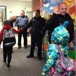 麻州警局 訪小學「擊掌」活動喊卡