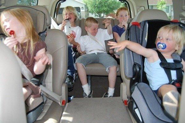 開車出遊,如何幫助孩子打發時間,還能邊玩邊學英文呢?(本報系照片)