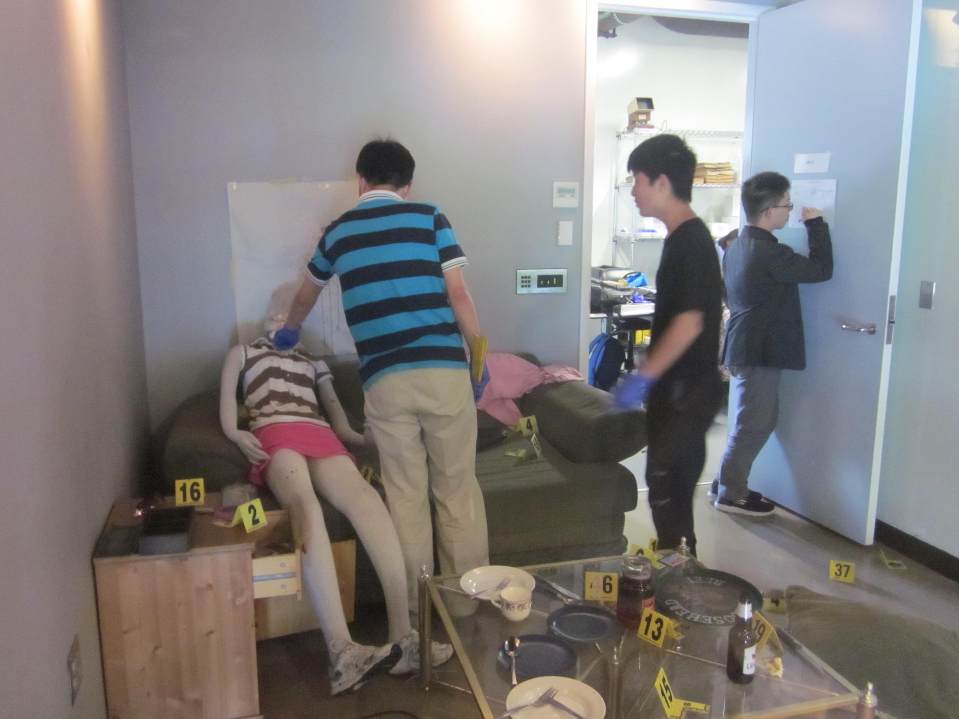 學生在模擬犯罪現場進行分析 (2)