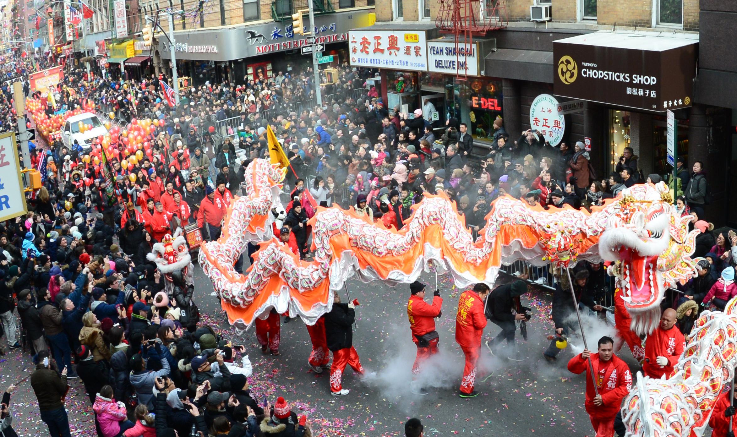 2017年華埠新春遊行世界日報隊伍中的舞龍氣勢恢宏