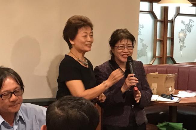 大奧蘭多台灣商會理財講座活動現場,會長莊杏珠(左)與鄭莉蓉(右)。(圖:大奧蘭多台商會提供)