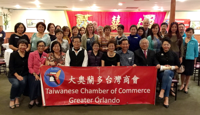 大奧蘭多台灣商會理財講座活動後,部分與會人員與主講人鄭莉蓉(前排中)合影。(圖:大奧蘭多台商會提供)
