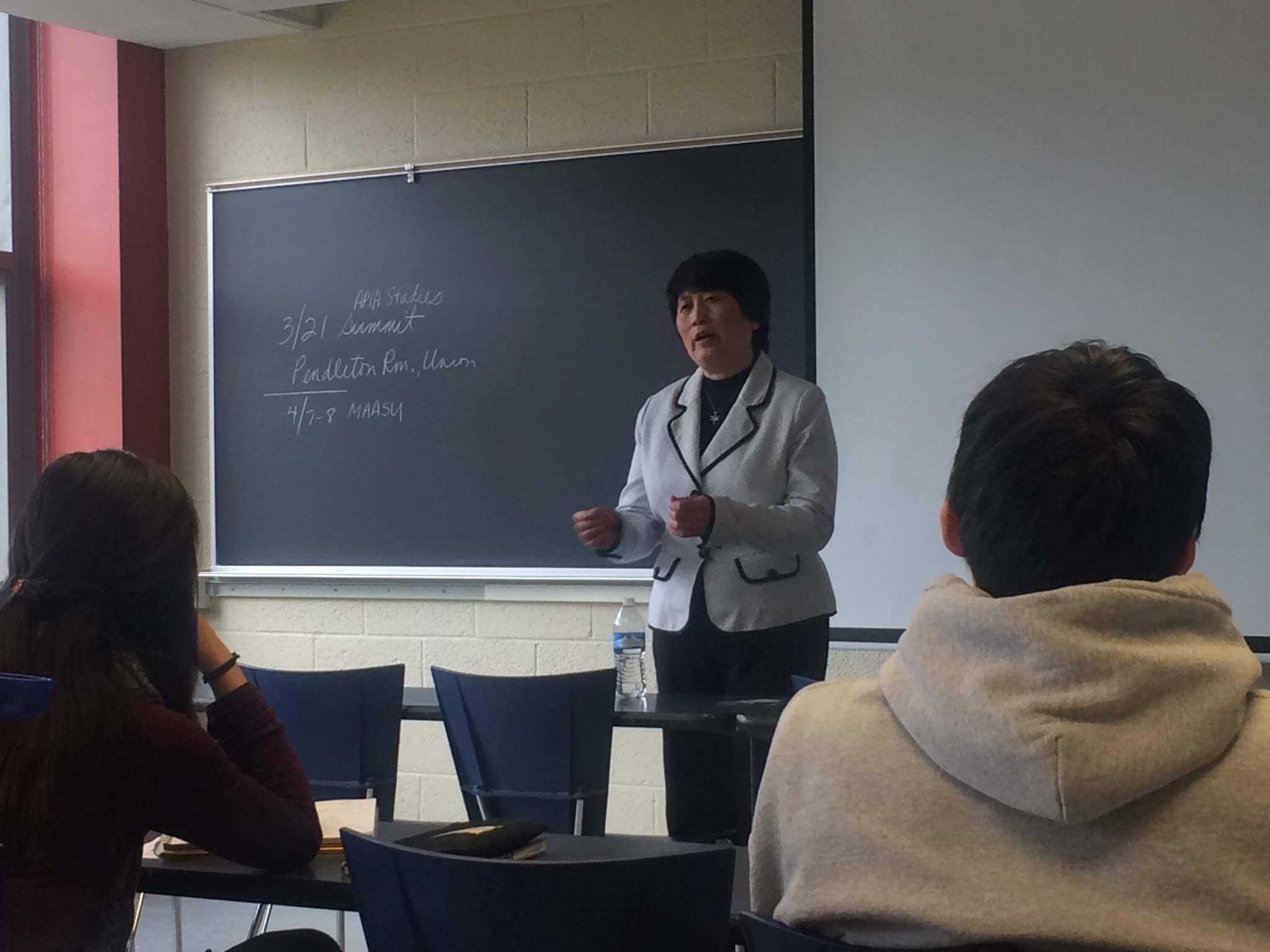 """陈霞芬6日在密西根大学亚太裔研究学系主办的""""陈霞芬故事""""中,详述自己被诬控中国间谍的过程。(密西根大学提供)"""
