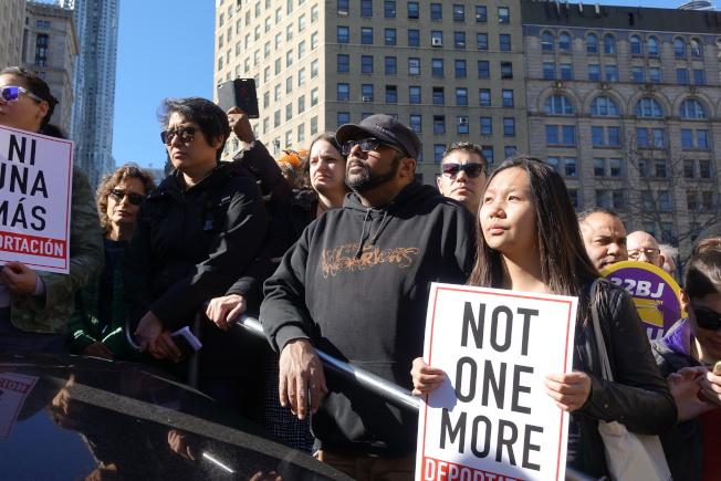 大批支持瑞吉伯的人群現身富利廣場。(記者金春香/攝影)