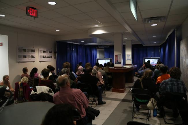 當晚聽證會引來眾多居民參與,由於聽證會會場人數太多,其他人被安排在另外房間觀看現場作證情況。(記者羅曉媛/攝影)