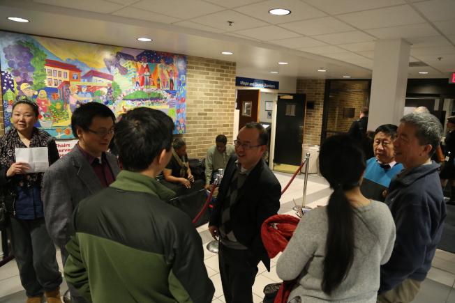 洛城市政廳舉行聽證會,關於地方警察該如何進行移民執法的聽證吸引90多人作證,華人代表亦有20多人。(記者羅曉媛/攝影)