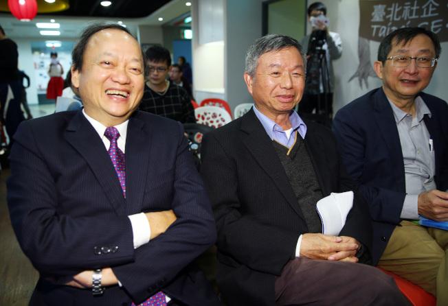 前衛生署長葉金川(左)9日舉行新書分享會。包括楊志良(中)、張鴻仁(右)等好友均到場分享閱讀感想。(記者杜建重/攝影)