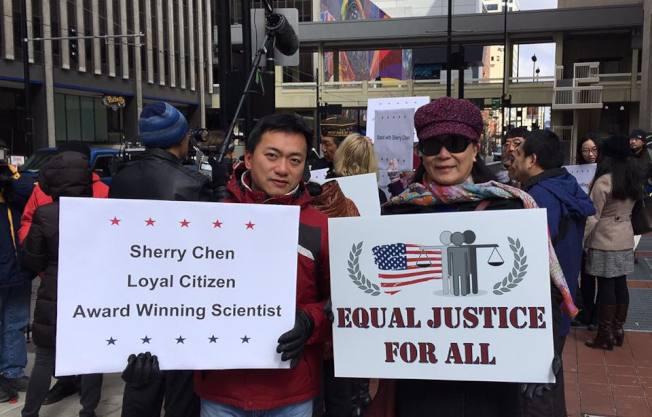 声援陈霞芬控告就业歧视案的代表,14日中午聚集在辛辛那提联邦法院外表达心声。(俄亥俄华人协会提供)