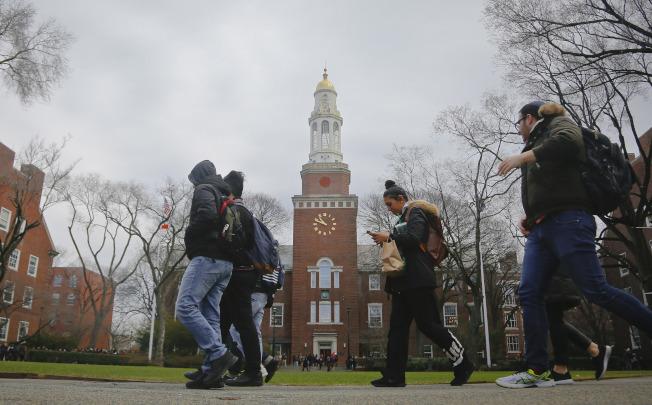 免費上大學之後,學生背負的學生貸款就可減少。(美聯社)