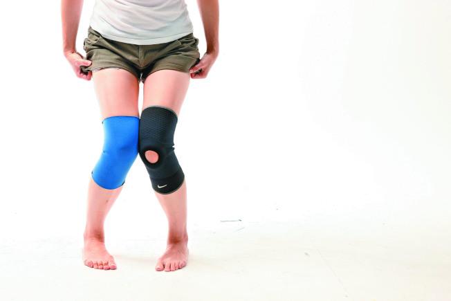 家庭主婦長時間跪著擦地板,過度使用膝蓋造成女僕膝。(本報資料照片)