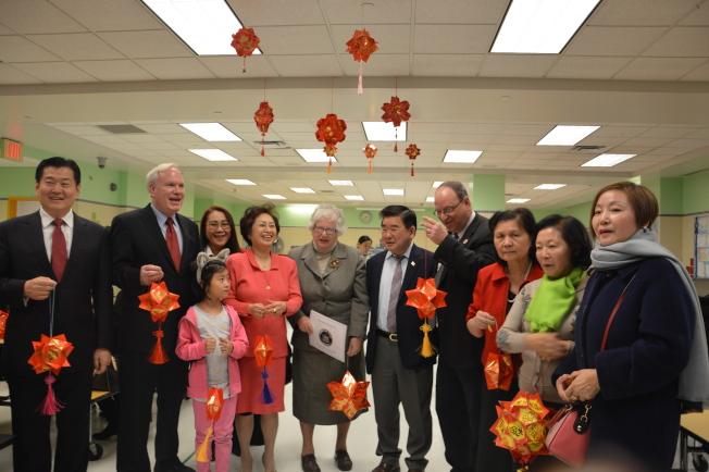 法拉盛244公立小學為藍帶學校,獲得不少撥款。圖為今年2月華人家長會在該校辦「親子動手做燈籠活動」。(本報資料照片)