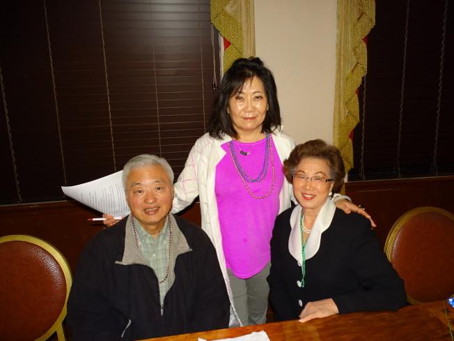 大病初癒的會員欒桐華(左)偕夫人(右)神采奕奕地前來投票,與主持人陳瑩合影。