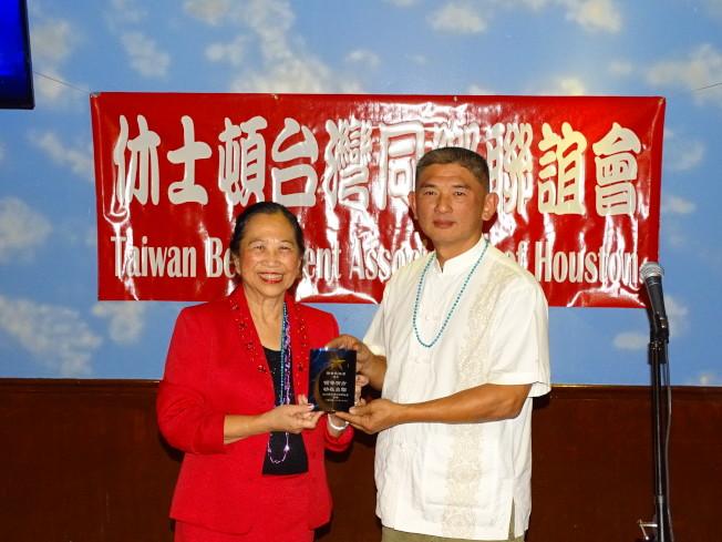 賴李迎霞(左)致贈「領導有方,功在台聯」紀念品給前會長陳煥澤。