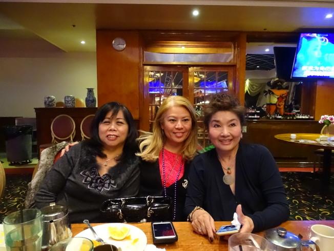 華裔國際女企業家協會會長宋蕾(中)應邀出席,與理事張錦娟(左)、王妍霞開心合影。