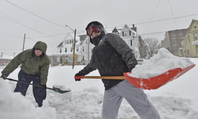 鏟雪動作過大易受傷,含水的雪,每鏟可能高達20至25磅重。(美聯社)