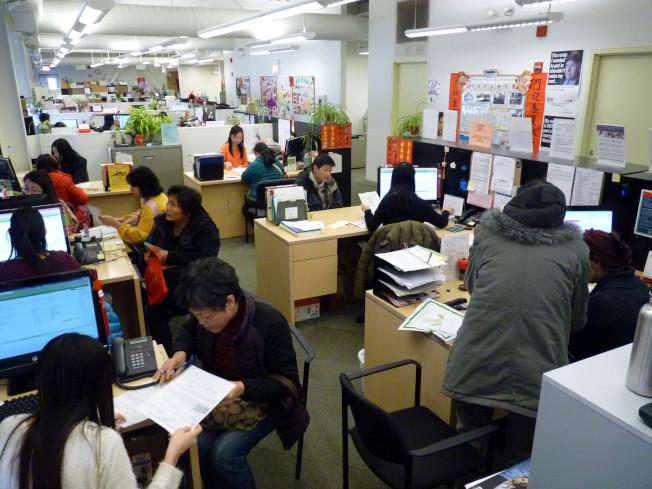 低收入家庭能源補助為華埠社福機構熱門服務項目,每年開放申請期間,都有數以千計華人家庭前往申請。(華諮處提供)