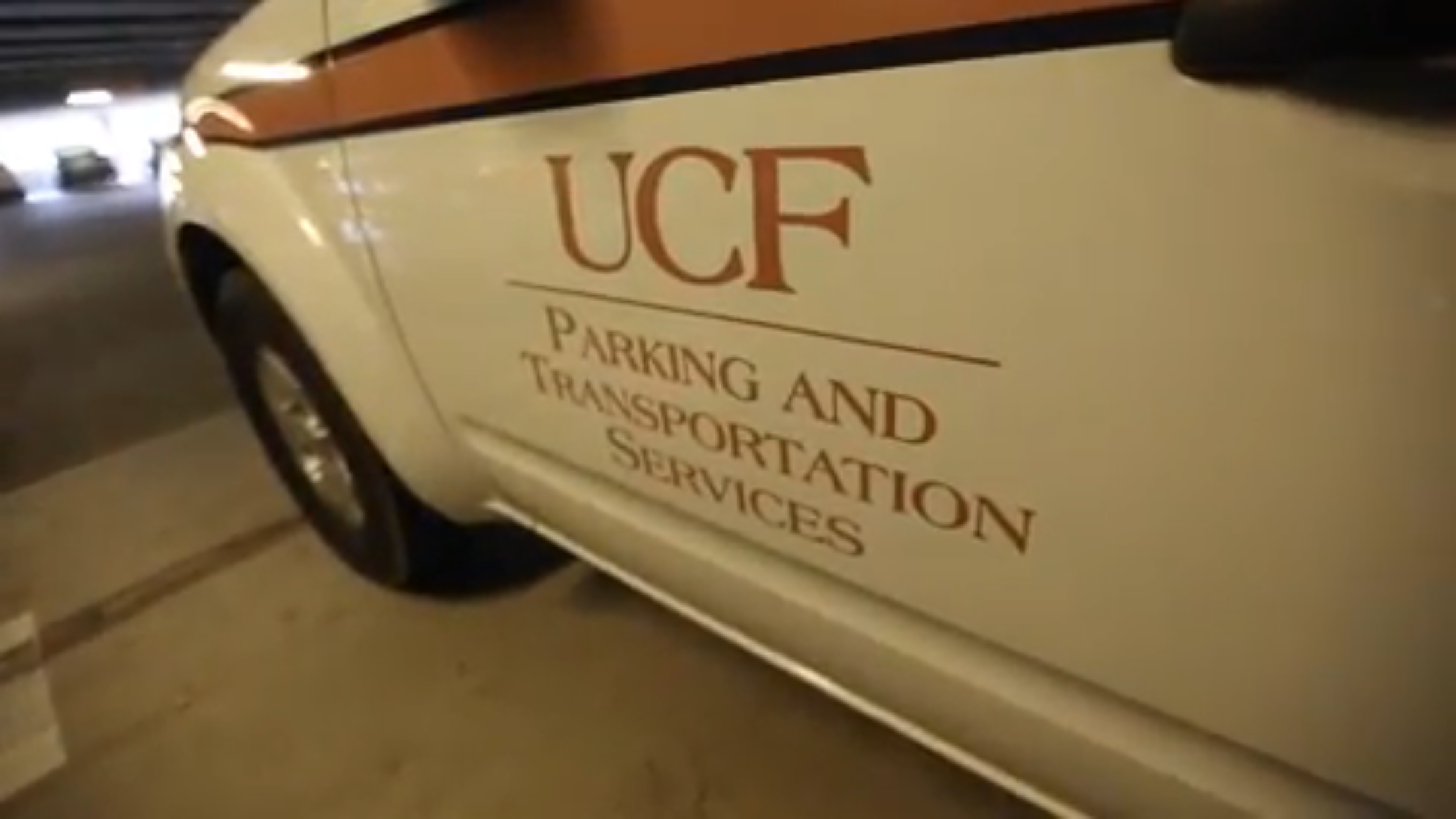 中佛大停車及交通服務部門的工程車,隨時巡邏監視,確實執行取締違規停車。(截自視頻)