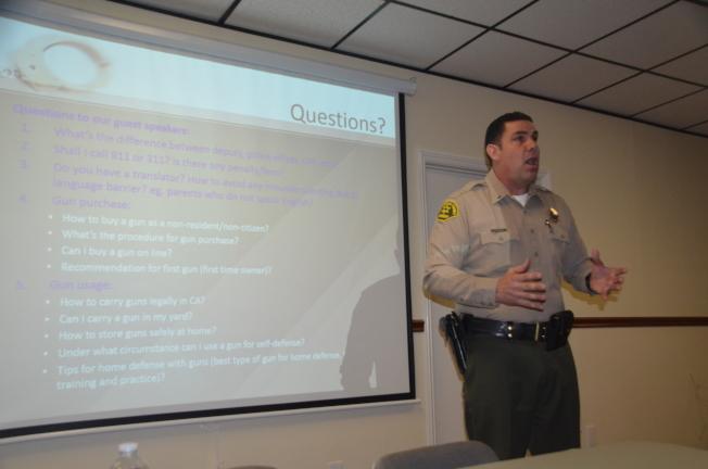 洛縣警局巡官Marquez建議居民,每天去信箱查收信件,不要把信件留在信箱過夜。(記者王全秀子/攝影)