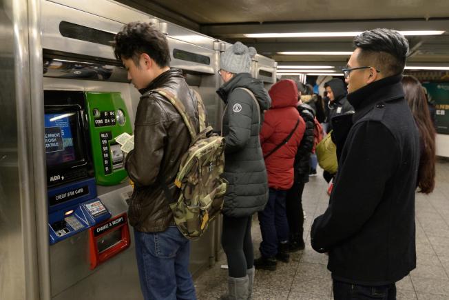 大批民眾18日在法拉盛地鐵站排隊等著加值。(記者朱澤人/攝影)