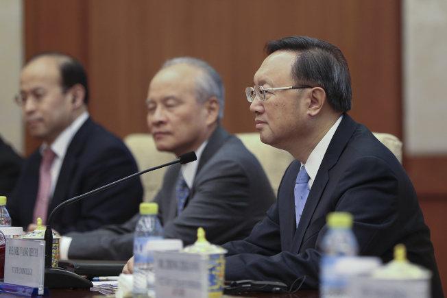 美國國務卿提勒森與中國國務院國務委員楊潔篪(右)在北京晤面。(路透)